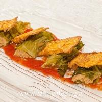 Entree_Percorso-tipico-2_Cappone-di-verza-con-salsa-di-pomodoro-e-chips-di-mais_zani-catering