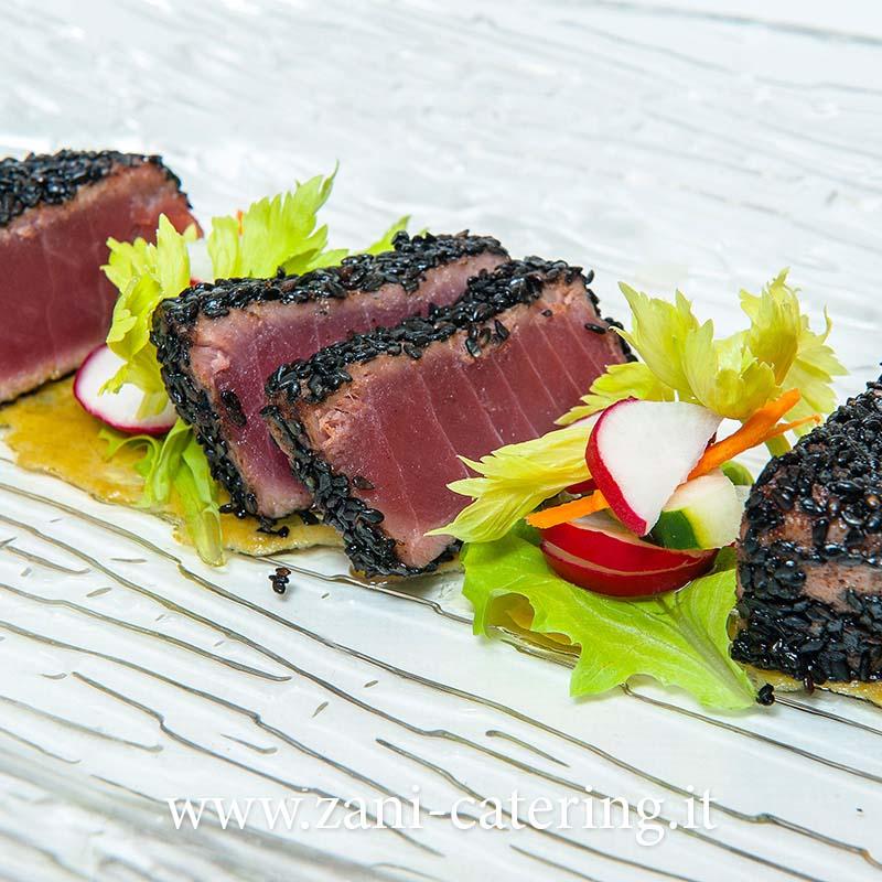 Il trancetto di tonno al sesamo con germogli di insalata e for Decorazioni piatti gourmet