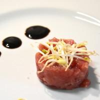 Portate speciali_La tartare di tonno con olio extra vergine d'oliva, sale Maldon e pepe_zani